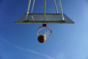 Ο Θεάνθρωπος στο Σταυρό και εμείς παίζουμε μπάσκετ