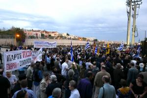 Μεγαλειώδης διαδήλωση χιλιάδων ατόμων κατά των βιβλίων των Θρησκευτικών, στο Υπουργείο Παιδείας