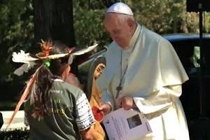 Ο Πάπας Φραγκίσκος «ευλογεί» ξόανο (video)