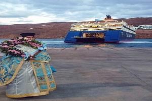 Αμοργός: Ο παπάς κατέβηκε το ξημέρωμα στο λιμάνι για να ευλογήσει τους ναυτικούς του Blue Star Paros
