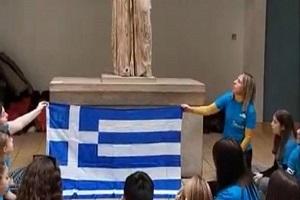 Ελληνόπουλα τραγουδούν στην