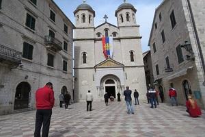 Στο Μαυροβούνιο έσπασαν τα μέτρα σε συνεργασία με τις αρχές και οι πιστοί εκκλησιάστηκαν σε απόσταση ασφαλείας.