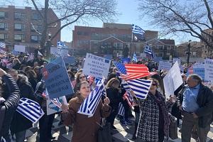 Ομογενείς στην πλατεία Αθηνών, στηρίζουν την Ελλάδα (βίντεο)