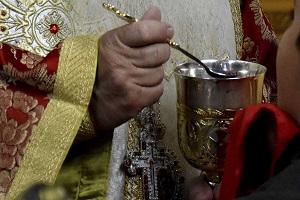 Η «παράνομη» Θεία Κοινωνία και ο διωγμός των ιερέων!