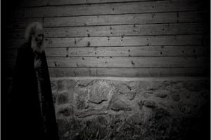 """Ένας """"ασήμαντος"""" μοναχός μέσα στην νύχτα"""