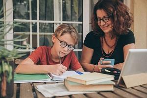 Καθηγήτρια της Νομικής του Harvard πολεμά την κατ' οίκον εκπαίδευση διότι θεωρεί ότι τα παιδιά πρέπει να εκτεθούν σε αξίες διαφορετικές από αυτές της οικογένειάς τους