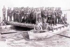 Η αυτοθυσία των κατοίκων στην Χαλάστρα που ξήλωσαν τα πορτοπαράθυρα των σπιτιών τους και τα έκαναν γέφυρα για να περάσει ο ελληνικός στρατός από τον Αξιό