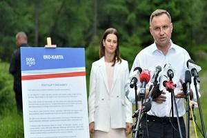 Πολωνία: Ο απερχόμενος πρόεδρος θέλει να απαγορεύσει στο Σύνταγμα την υιοθεσία από ομόφυλα ζευγάρια