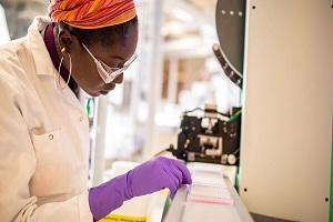AstraZeneca: Αποποιείται τις ευθύνες για παρενέργειες από το εμβόλιο κατά του κορονοϊού