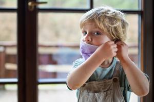 Η προειδοποίηση για τα παιδιά των καπνιστών και η αναλγησία για τα μασκοφορεμένα παιδιά μας
