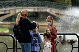Οι ενήλικοι ασυμπτωματικοί φορείς μεταδίδουν τον ιό δέκα φορές περισσότερο από τα παιδιά