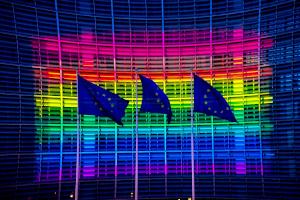 ΕΕ: Απειλή οικονομικού στραγγαλισμού των κρατών-μελών της για τους ΛΟΑΤΚ!