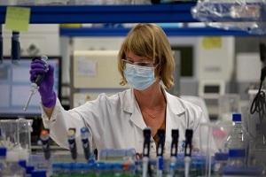 Johnson & Johnson: Διέκοψε τις δοκιμές του εμβολίου της λόγω «ανεξήγητης ασθένειας»