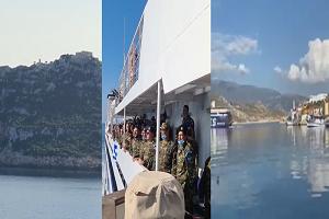 Έλληνες στρατιώτες τραγουδούν τον Εθνικό Ύμνο, φτάνοντας στο Καστελόριζο όπου θα υπηρετήσουν