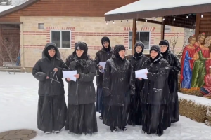 To γυναικείο Μοναστήρι του Γέροντος Εφραίμ στο Κεμπέκ του Καναδά ψάλλει τα κάλαντα στα ελληνικά!