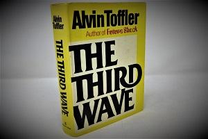 """Το """"Τρίτο Κύμα"""" του Άλβιν Τόφλερ: Προφητεία ή γνώση του σχεδίου μεταμόρφωσης της κοινωνίας μας;"""