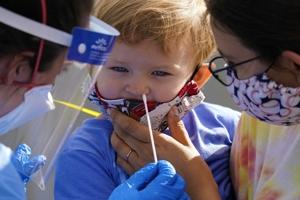 Τα ρινοφαρυγγικά τέστ «δεν είναι ακίνδυνα», προειδοποιεί η Ιατρική Ακαδημία της Γαλλίας