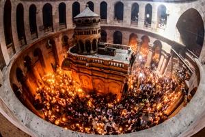 Φωτογραφικό υλικό από την φετινή αφή του Αγίου Φωτός στον Πανάγιο Τάφο!
