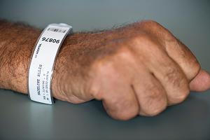 Κύπρος: «Θα σκεφτούμε ειδικό βραχιολάκι για τους ανεμβολίαστους»