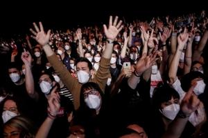 Πάνω από 1.000 άτομα μολύνθηκαν με κορονοϊό σε υπαίθριο φεστιβάλ αν και μετείχαν μόνο εμβολιασμένοι ή άτομα με αρνητικό test