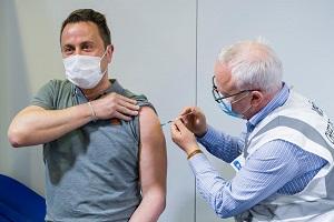Στο νοσοκομείο σοβαρά ασθενής με covid19 o πρωθυπουργός του Λουξεμβούργου Xavier Bettel αν και εμβολιάστηκε με AstraZeneca!!