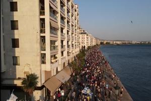 To μέγεθος της πορείας κατά του υποχρεωτικού εμβολιασμού στη Θεσσαλονίκη (βίντεο)