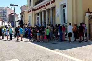 Πορεία και παράσταση διαμαρτυρίας μπροστά στο Δημαρχείο της Κοζάνης πραγματοποίησαν το μεσημέρι της Τετάρτης υγειονομικοί κι άλλοι πολίτες που δηλώνουν την αντίθεσή τους κατά της υποχρεωτικότητας του εμβολιασμού για τον κορωνοϊό (Βίντεο)