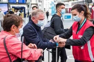 Γαλλία: Βάζουν βραχιολάκι-πάσο σε εμβολιαμένους για να τους ξεχωρίζουν.