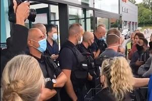 Γαλλία: Άνδρες φύλαξης δεν επιτρέπουν την είσοδο σε υπεραγορά σε πολίτες χωρίς υγειονομικό πάσο!