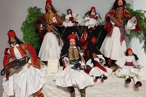Συλλογή παραδοσιακών ενδυμασιών του '21 σε κούκλες στην Πτολεμαΐδα!