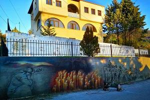 Μια τοιχογραφία για το διπλό Ολοκαύτωμα του Μεσόβουνου Εορδαίας