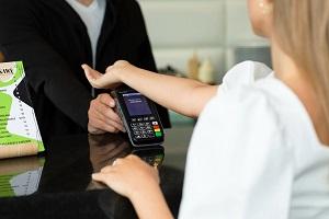 Ξεκίνησε η πώληση του πρώτου παγκοσμίως εμφυτεύματος για ανέπαφες πληρωμές!