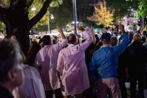 Η ογκώδης διαδήλωση των διωκόμενων υγειονομικών στη Λάρισα! Είμαστε στο πλευρό τους!