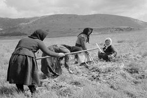 Στη μάνα αγρότισσα μιας άλλης γενιάς